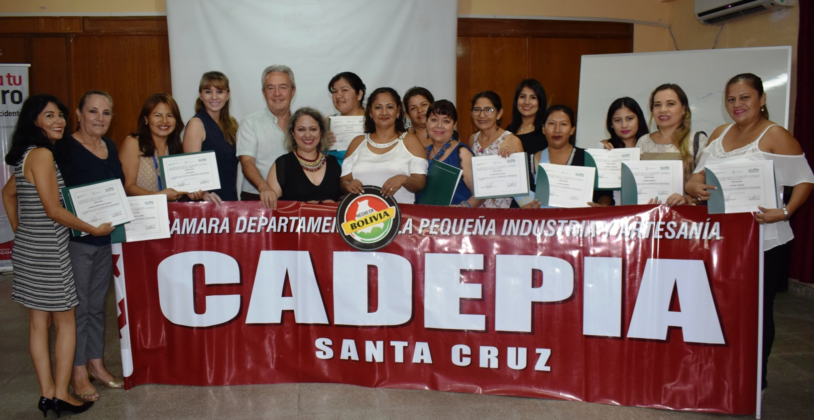 Microempresarios de CADEPIA reciben certificados para emprender negocios