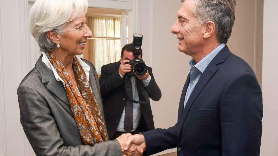 Argentina echa mano del FMI para lograr un crédito que compense la caída del peso
