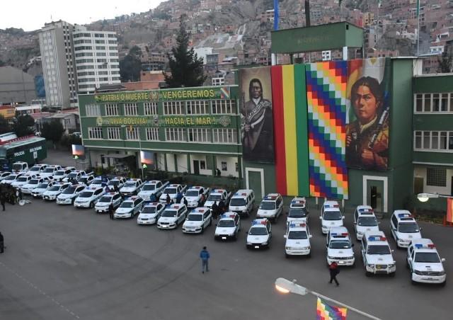 Presidente entrega 42 vehículos y Bs 25 millones a la Policía para mejorar seguridad ciudadana