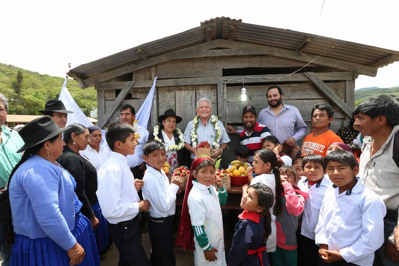 Gobernador Costas entrega electrificación y mejoramiento de camino, afirma que se irá cumpliendo con su pueblo