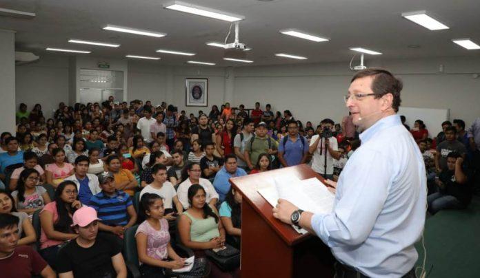 Conferencia de economía y globalización para gente joven a cargo del senador Óscar Ortíz