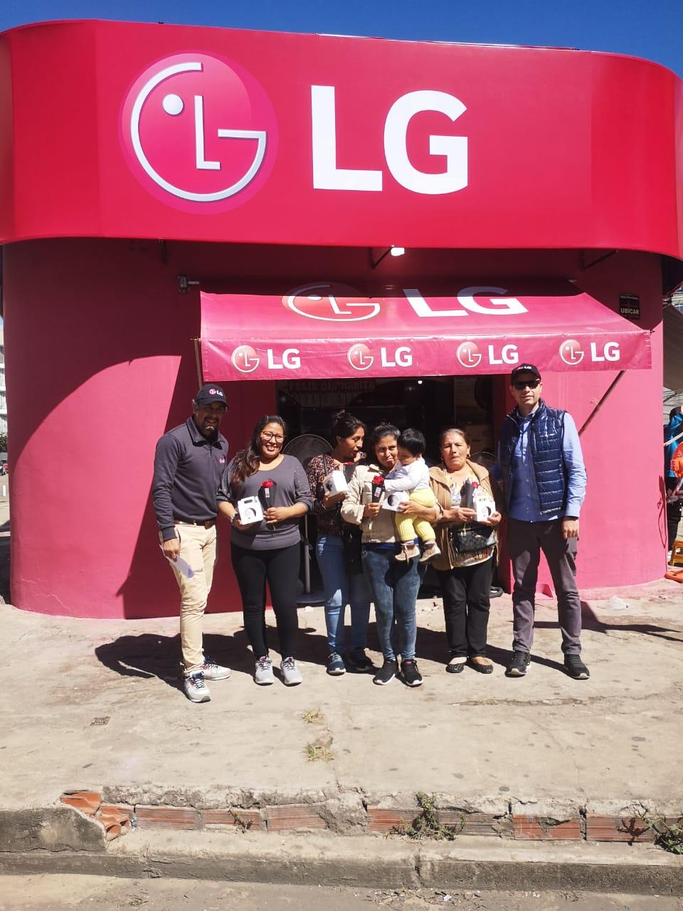 Por el día de la madre, LG reconoce a  las madres comerciantes en el eje troncal
