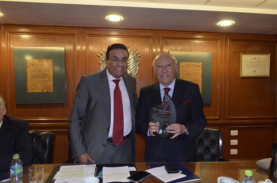 Cámara Nacional de Comercio reconoce trayectoria de expresidente CAF Enrique García