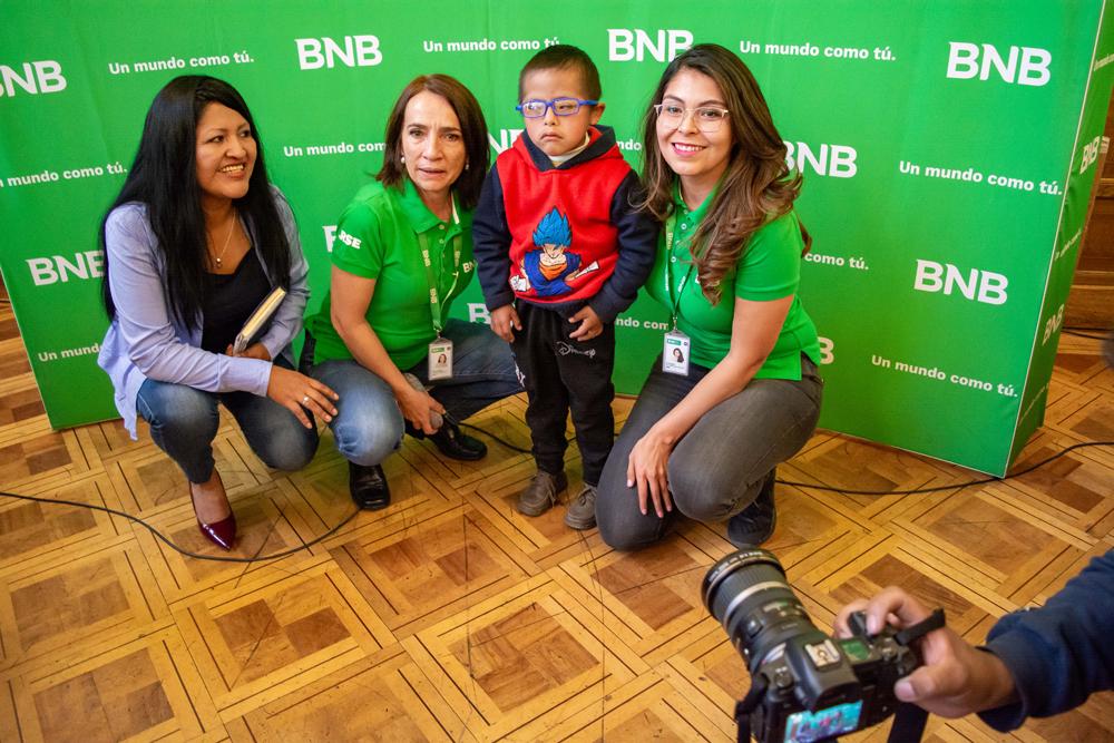 El BNB entrega 350 lentes con medida a niños con discapacidad y de escasos recursos de La Paz