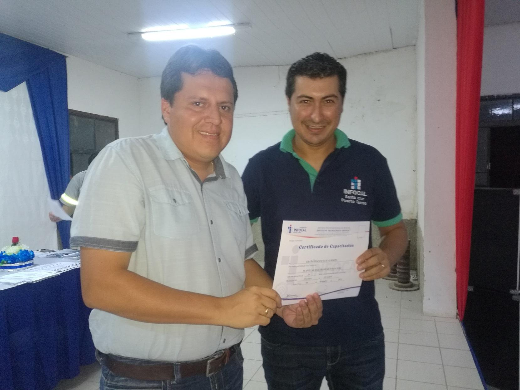 Jóvenes de Puerto Suárez se gradúan como operadores de computadora junto a Itacamba