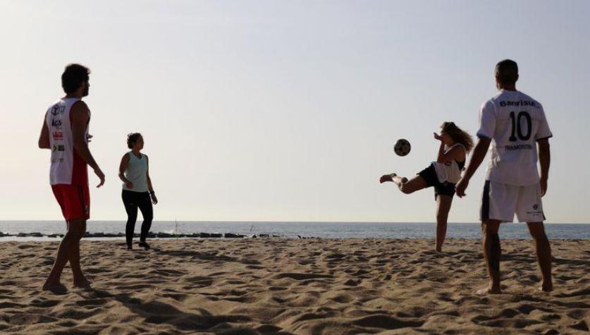 Barcelona reabre las playas mientras en España se miden los pasos para salir del confinamiento