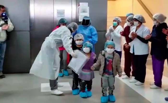 Dan de alta a ocho niños que superaron el coronavirus en el hospital de Sacaba