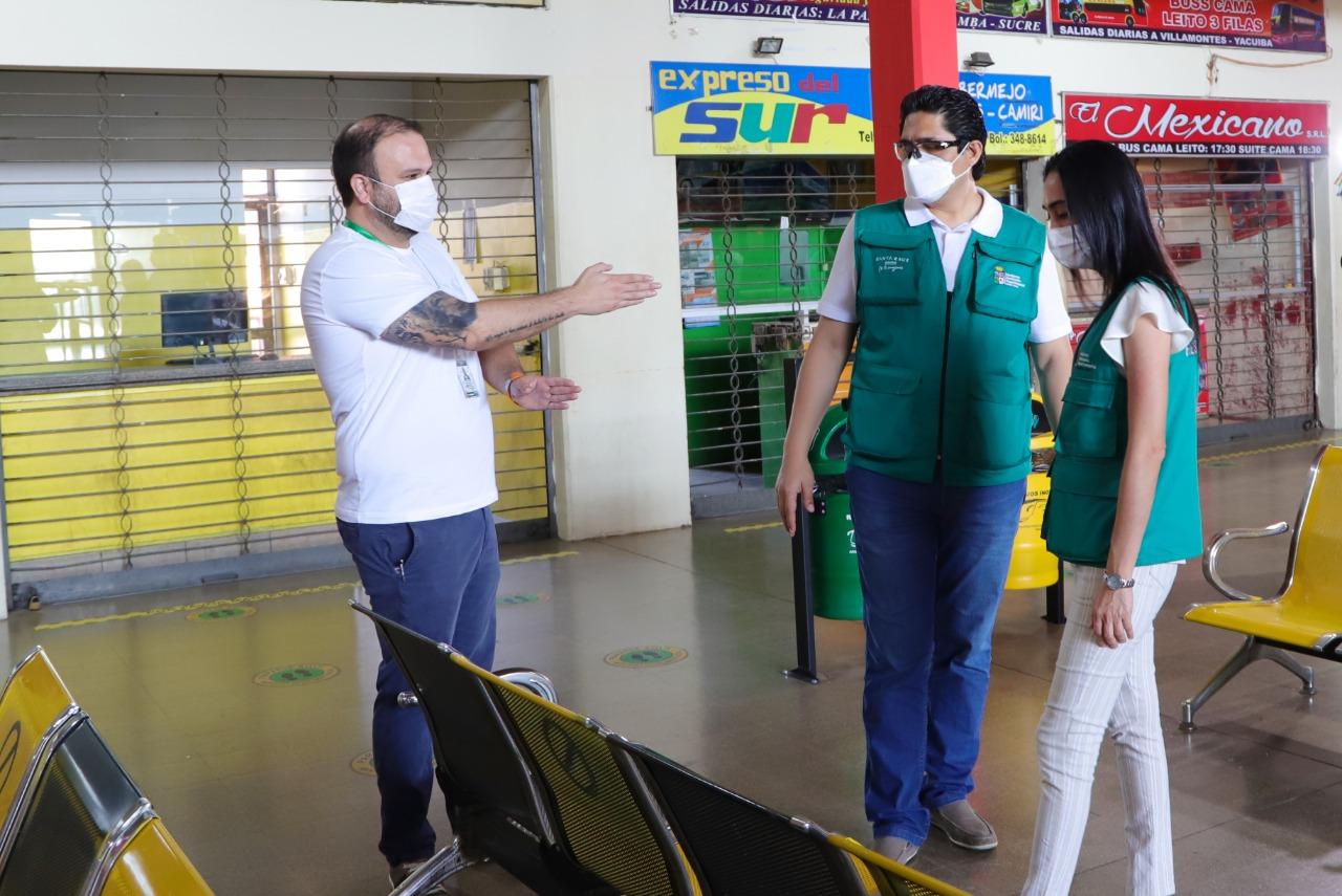 Gobernación de Santa Cruz inspecciona la terminal bimodal y los buses para verificar si cumplen los protocolos de bioseguridad