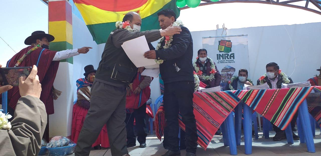 INRA entrega 618 títulos de propiedad de tierras a comunarios del municipio de Huarina