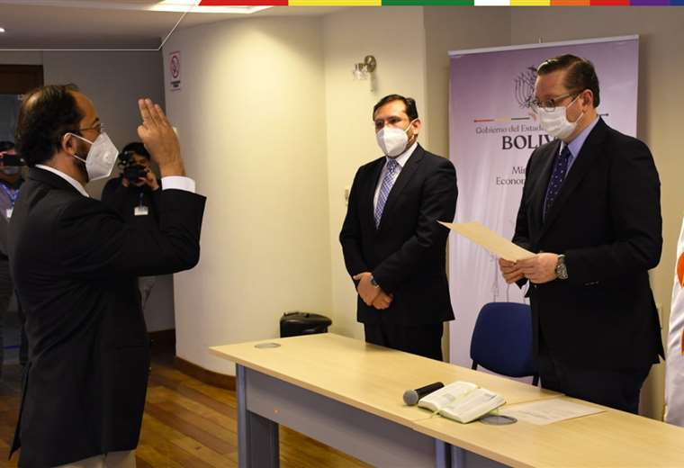 Ministro de Economía posesiona a nuevo presidente de la Aduana