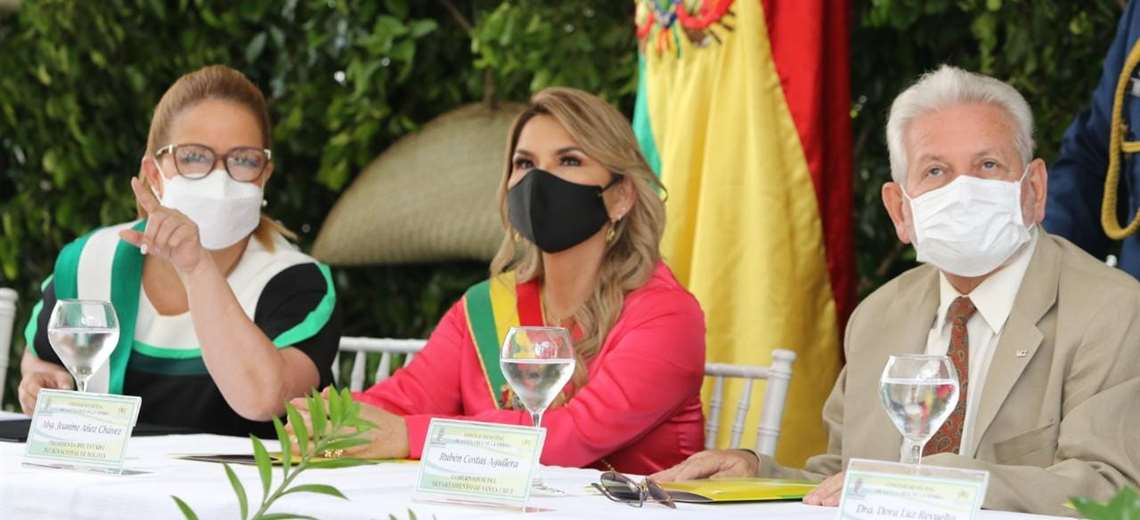 Presidenta entrega títulos de propiedad en Santa Cruz y anuncia cinco nuevos mercados para exportar carne