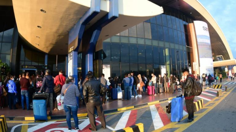 Gobierno y trabajadores de AASANA firman acuerdo y se reanuda el servicio en los aeropuertos