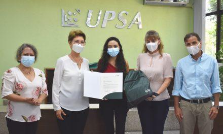 Estudiante UPSA en podio de Innovactoras de la Red Winn